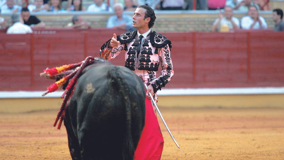 29 de mayo del 2004   Finito de Córdoba indulta en Los Califas a 'Bondadoso', un toro de Domingo Hernández. En la imagen, el diestro se dirige a la presidencia.