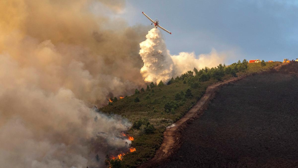 Un hidroavión en plena maniobra de extinción de un incendio O Courel