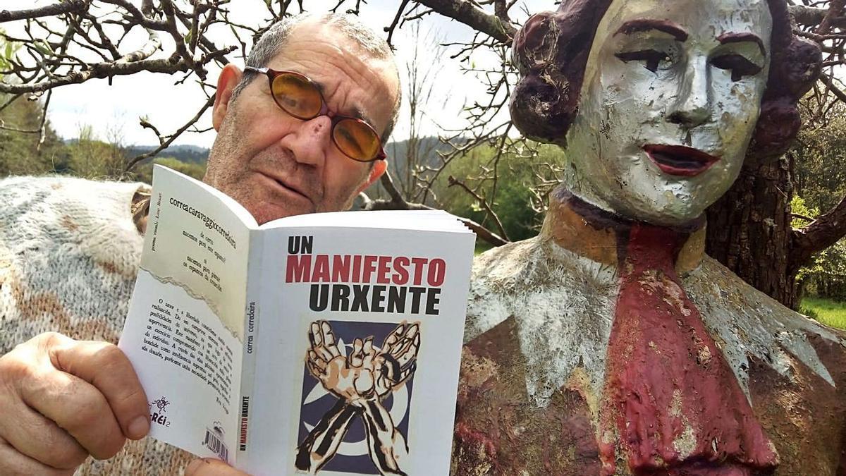 Xabier Correa Corredoira, cun exemplar de 'Un manifesto urxente'.   | // L.O.