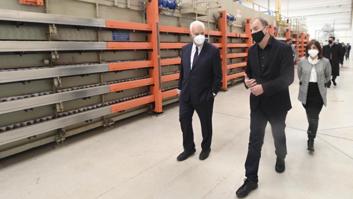 Visita a las instalaciones piloto para la construcción de la planta cerámica eléctrica.