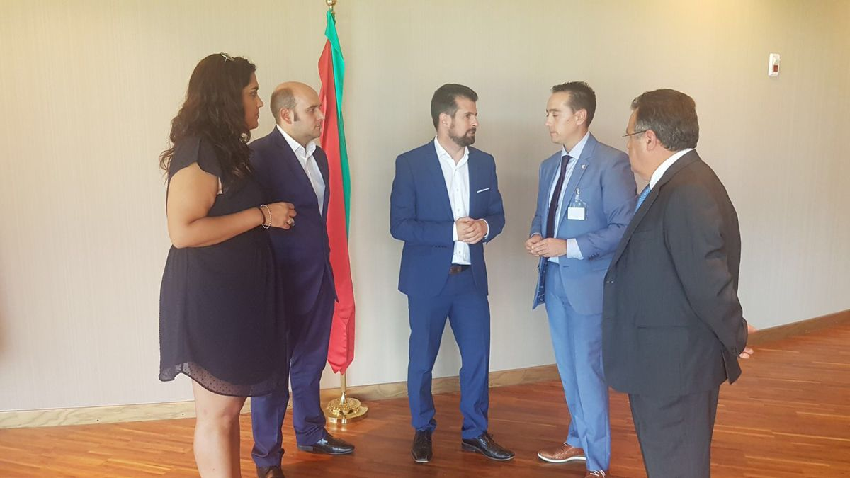 Luis Tudanca (centro) con los alcaldes de Castrogonzalo y Benavente, la edil de Urbanismo de esta última, y el procurador José Ignacio Martín Benito, en las Cortes regionales