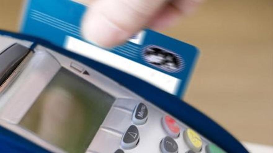 Cargan 66 cobros en la tarjeta de crédito de una amiga en Canarias