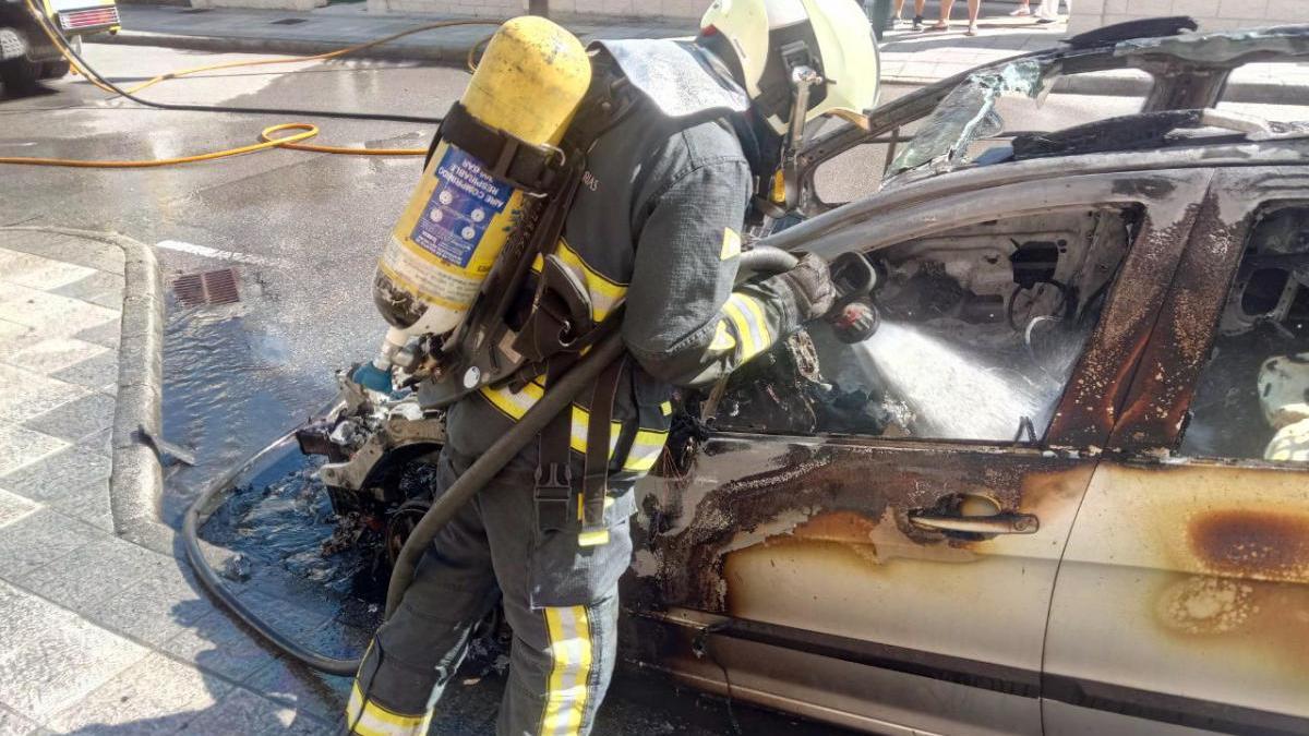 Un Bombero apagando el incendio.