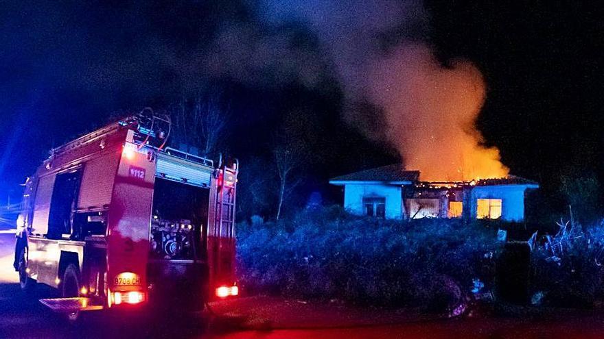 Dos heridos graves en un brutal incendio en una casa de Ribadesella