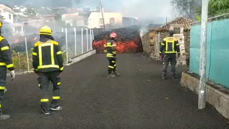 """Así viven los bomberos de Gran Canaria la erupción en La Palma: """"Impotencia y temple a la vez"""""""