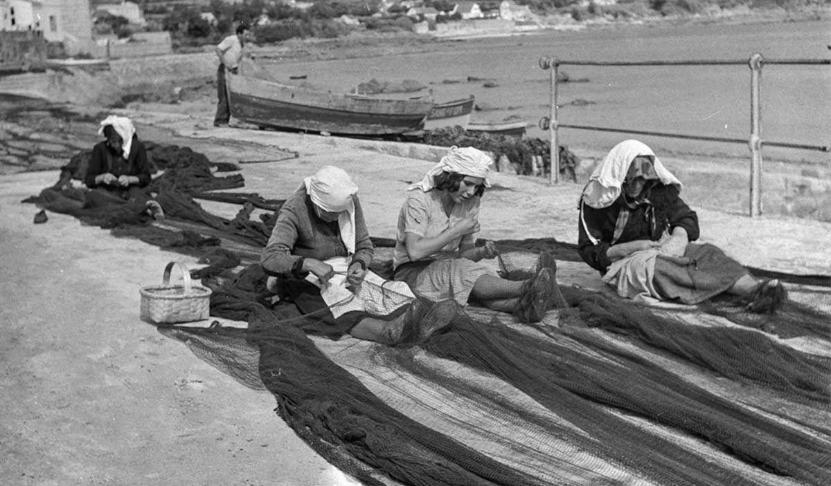 Mujeres cosiendo redes, 1953 Archivo-Pando
