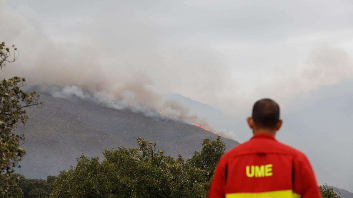 El incendio en Sierra Bermeja, visto desde El Cerró Silla de los Huesos, en Casares.