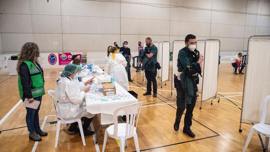 Guardias civiles de Cartagena son vacunados en el pabellón de Cabezo Beaza