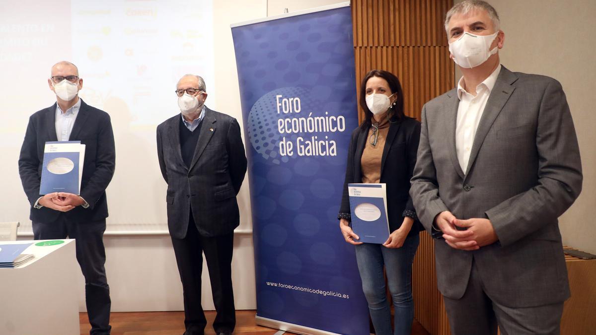 Alberto Vaquero y Sara Fernández, acompañados por Santiago Lago y Emilio Pérez Nieto, presentan el estudio en el Foro Económico.