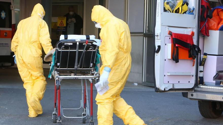 Personal médico traslada a un posible infectado en Italia.