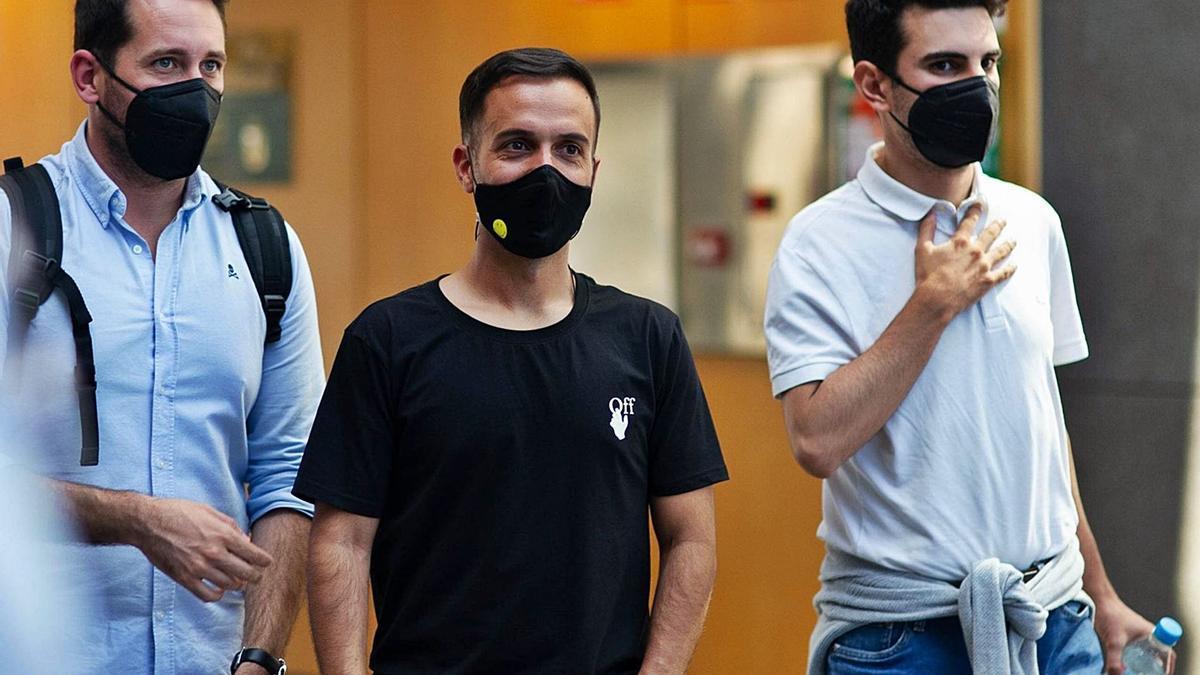 El entrenador del Deportivo, Borja Jiménez, en el centro, entre Juan Giménez y Carlos Rosende. |  // RCD