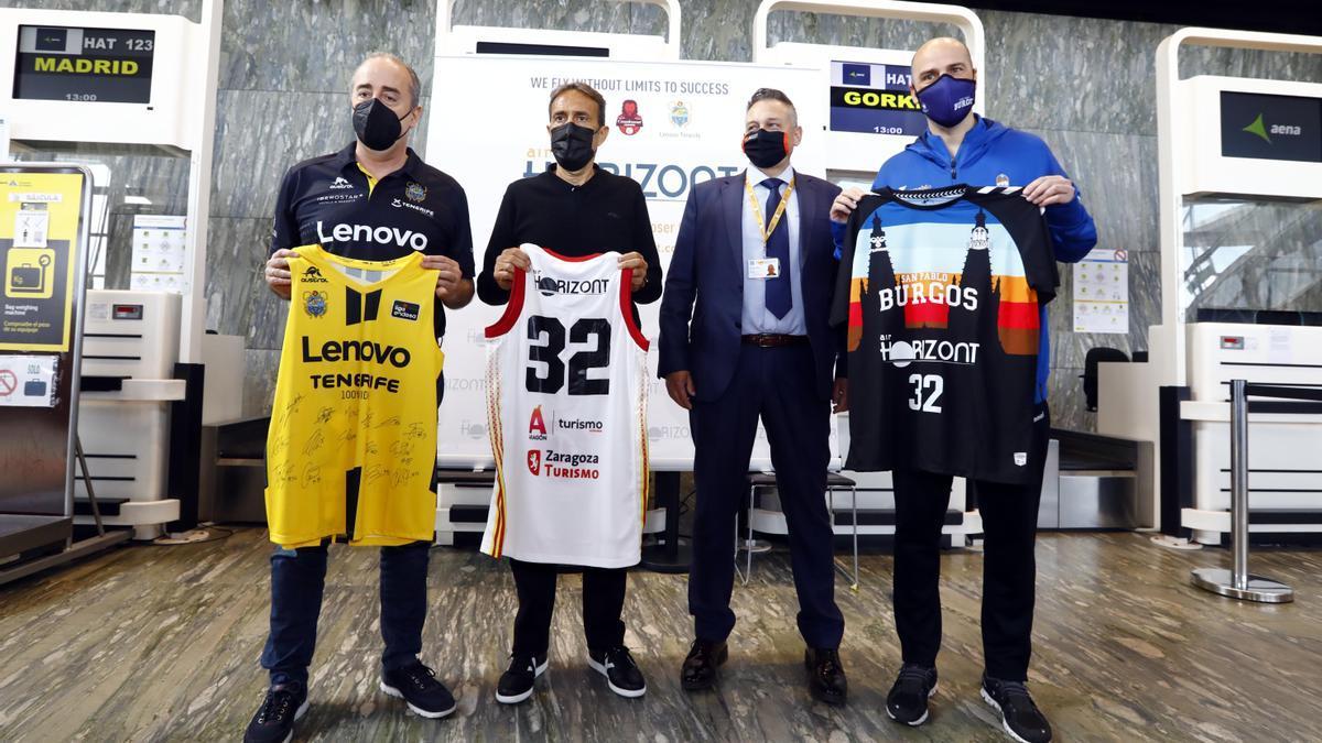 Vidorreta, Casimiro y Peñarroya entregan las camisets de los equipos al responsable de Air Horizont.