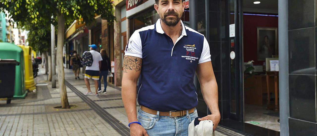 Nauzet Martín en la puerta del estudio fotográfico Pablo Díaz, en la calle Pedro Infinito.     ANDRÉS CRUZ