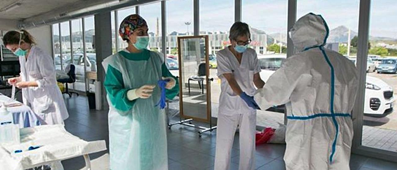Toma de muestras para hacer PCR en el hospital. | ÀLEX OLTRA