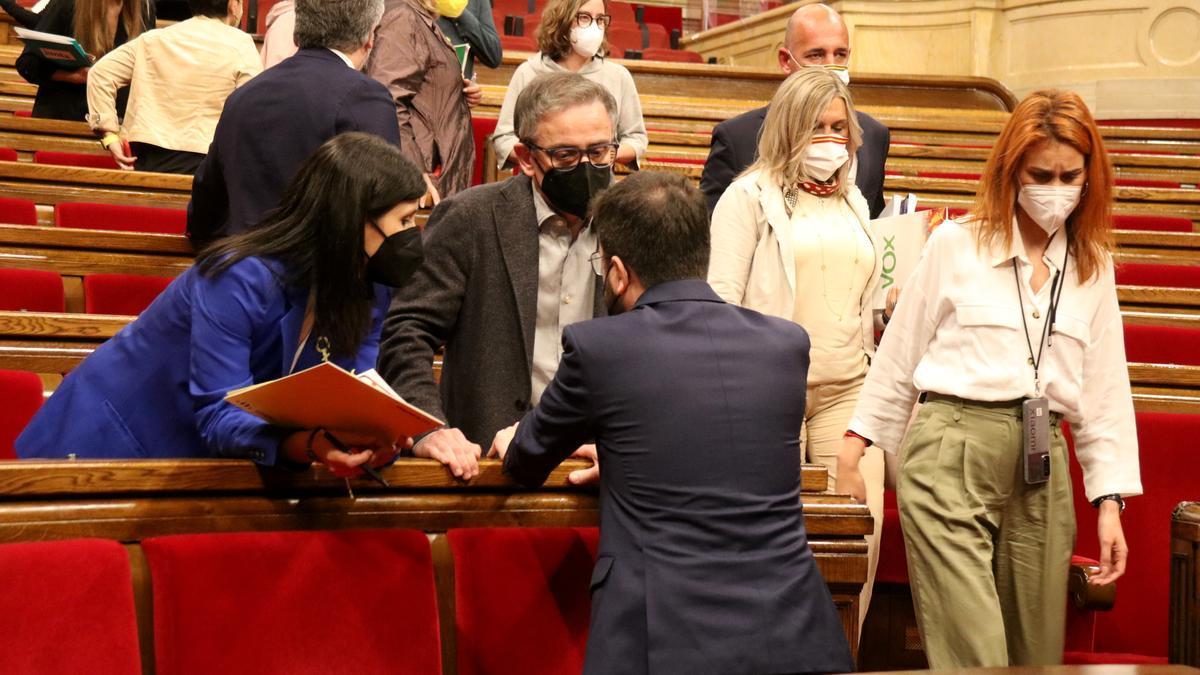 La líder dels comuns, Jéssica Albiach, passant pel costat de Pere Aragonès i els negociadors d'ERC dins de l'hemicicle del Parlament