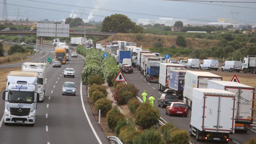 El reventón de un camión deja 4 kilómetros de colas en la AP-7 entre Torreblanca y Orpesa