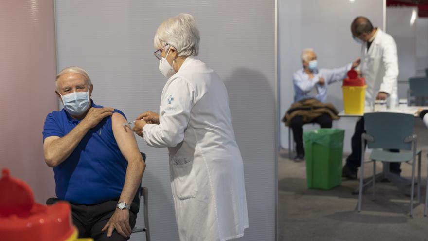 Las vacunas bajan los casos graves de covid y relajan las restricciones pero aún falta abordar la rehabilitación de los contagiados