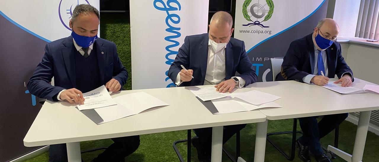 El directivo de Capgemini y los decanos de los colegios profesionales, en la firma del convenio.