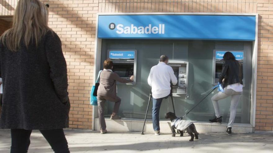 Coronavirus en Alicante | Sabadell y CaixaBank se movilizan para evitar desplazamientos por el cobro de las pensiones