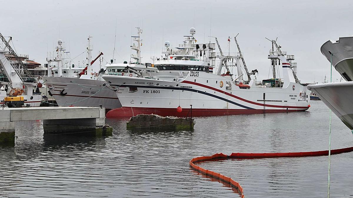 Arrastreros que faenan en Malvinas, atracados en el puerto de Vigo. |   // RICARDO GROBAS
