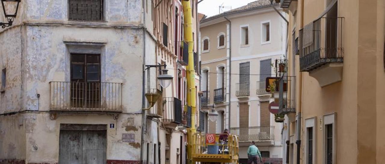 Obras en una vivienda del casco antiguo de Xàtiva, en una imagen de hace unas semanas.   PERALES IBORRA