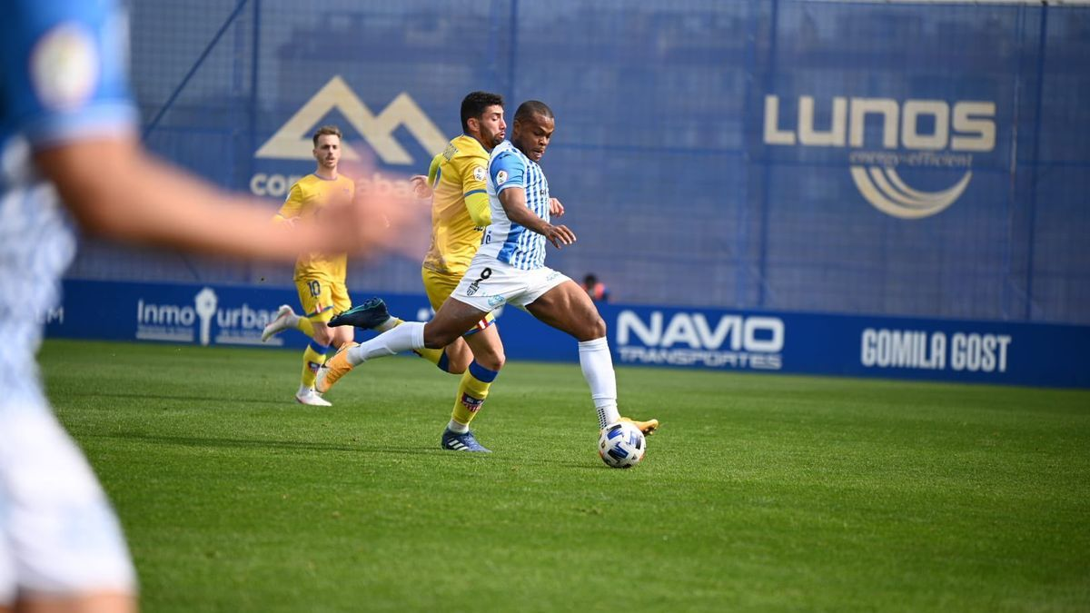 Vinicius dispara a portería en un lance del partido frente al Navalcarnero.