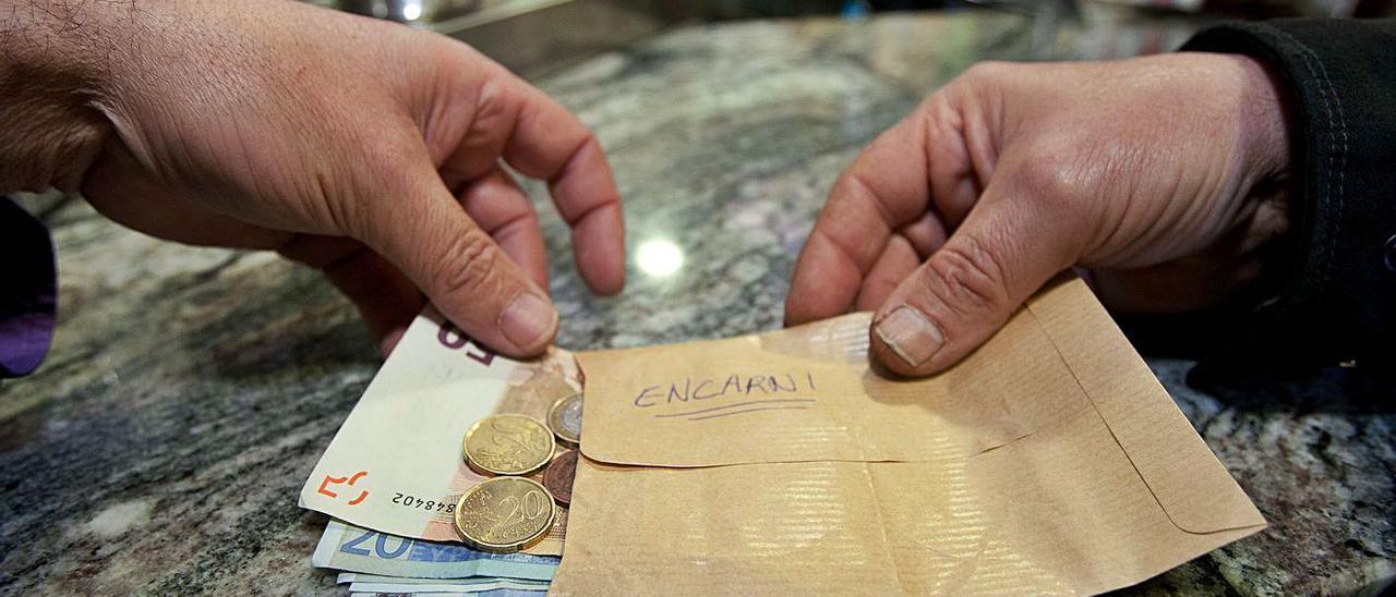 El pago en mano aún es frecuente en algunos sectores económicos de la provincia. | JOSE NAVARRO