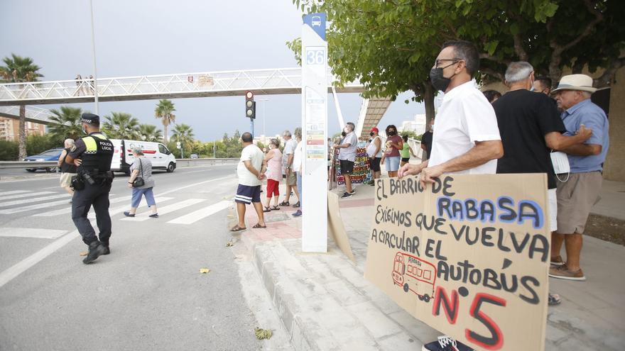 Protesta vecinal en Rabasa para que vuelva a circular el autobús por el barrio
