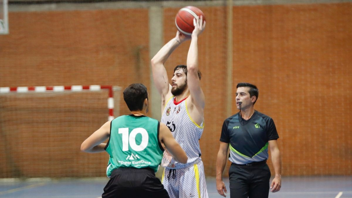 Luis Rodríguez controla el balón en un encuentro de pretemporada.