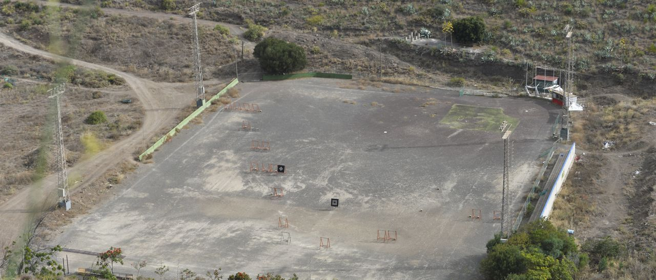 Estado actual en el que se encuentra el campo de fútbol de El Zardo, en la antigua presa del Martinón, que albergará el nuevo parque deportivo