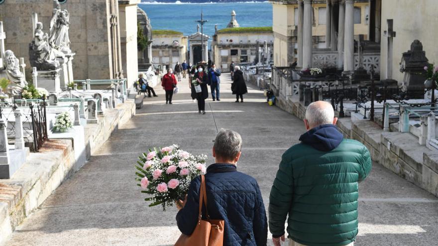 Ajetreo en los cementerios coruñeses