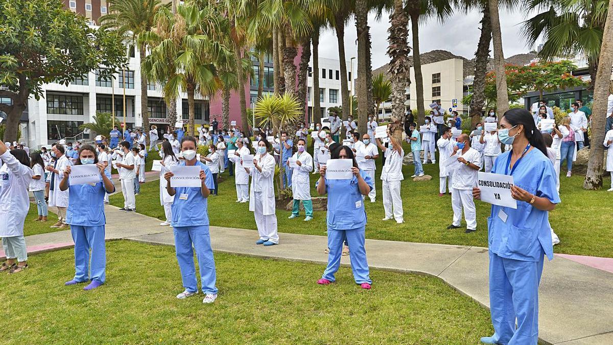 Médicos especialistas temporales durante una protesta en el Hospital Insular el pasado junio.