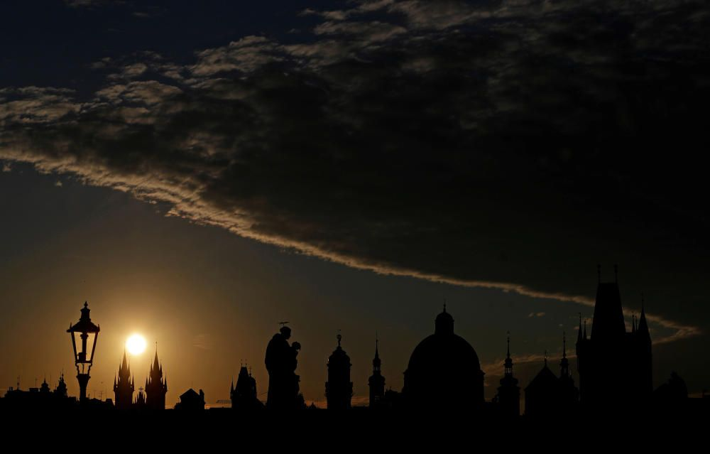 The sun rises over the medieval Charles Bridge ...