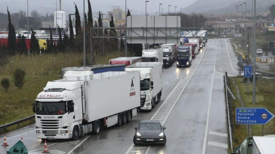Uns 2.000 camions es troben immobilitzats a Catalunya pel temporal, la meitat a la Jonquera