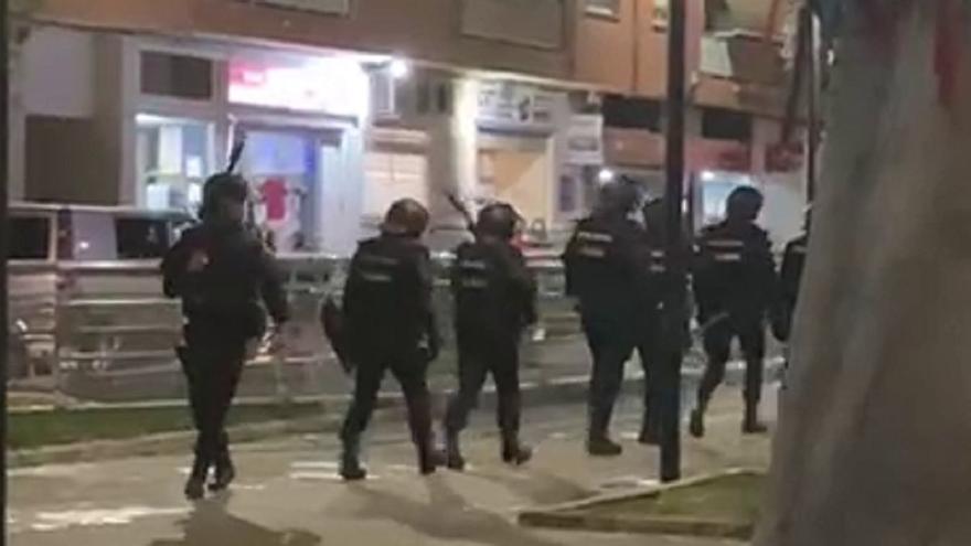 Los antidisturbios disuelven una batalla campal con bates de béisbol y piedras en Mislata