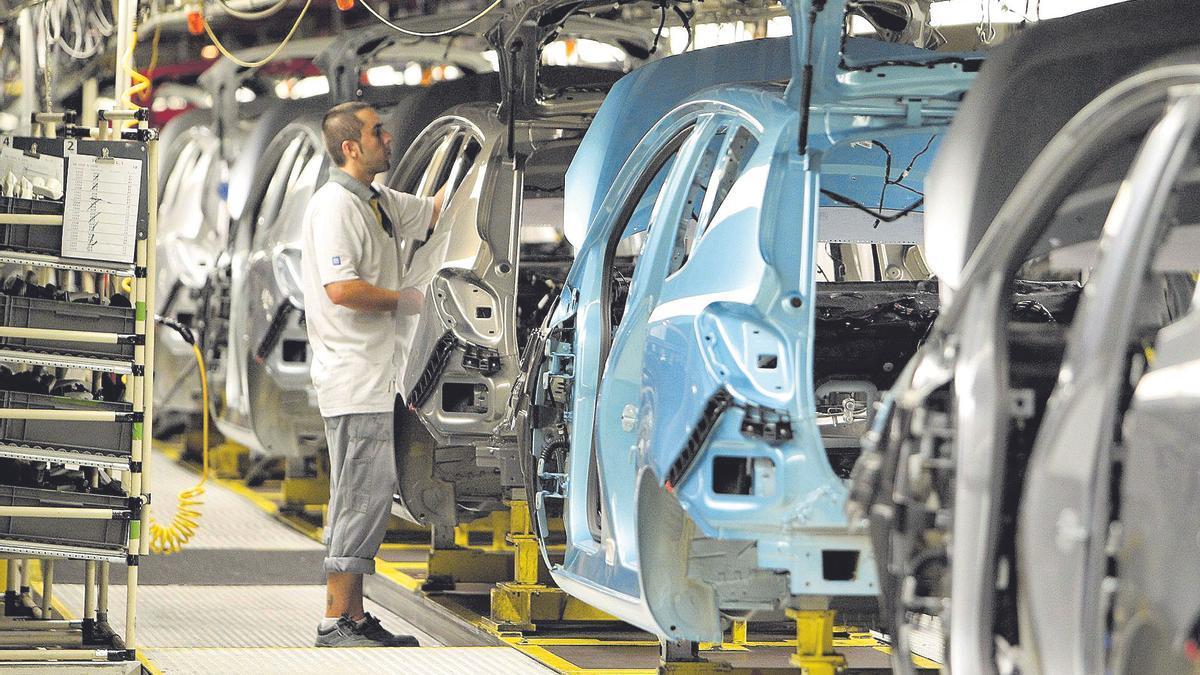Un trabajador de la factoría de Figueruelas en una de las líneas de montaje de vehículos.