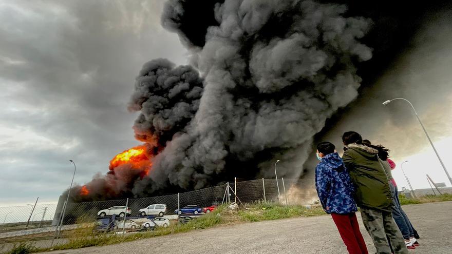 Un incendio en una nave industrial de Toledo genera una gran columna de humo