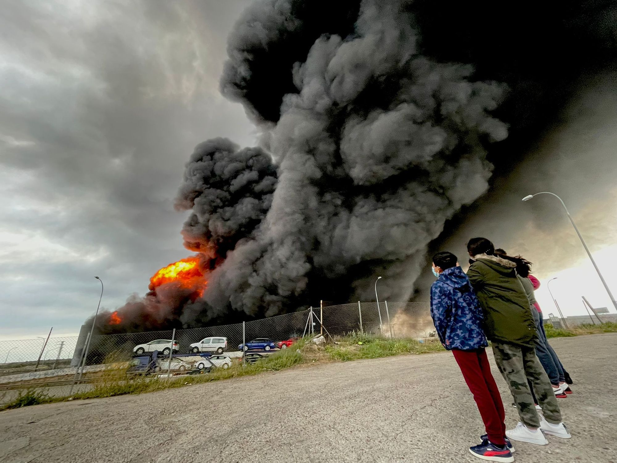 Gran nube de humo por un incendio en una nave industrial de Seseña, en Toledo
