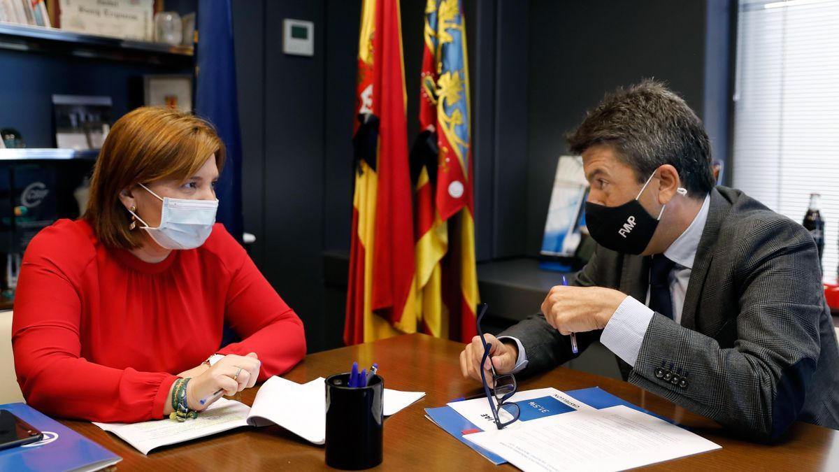 Isabel Bonig junto con el presidente de la Diputación de Alicante, Carlos Mazón, candidato con más opciones sustituirle.