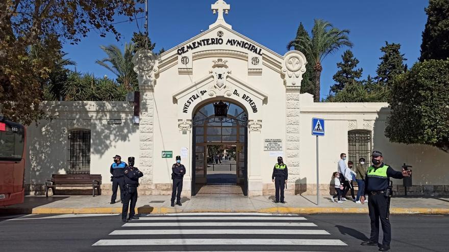 El Cementerio de Alicante duplica sus visitas en las dos semanas previas a Todos los Santos