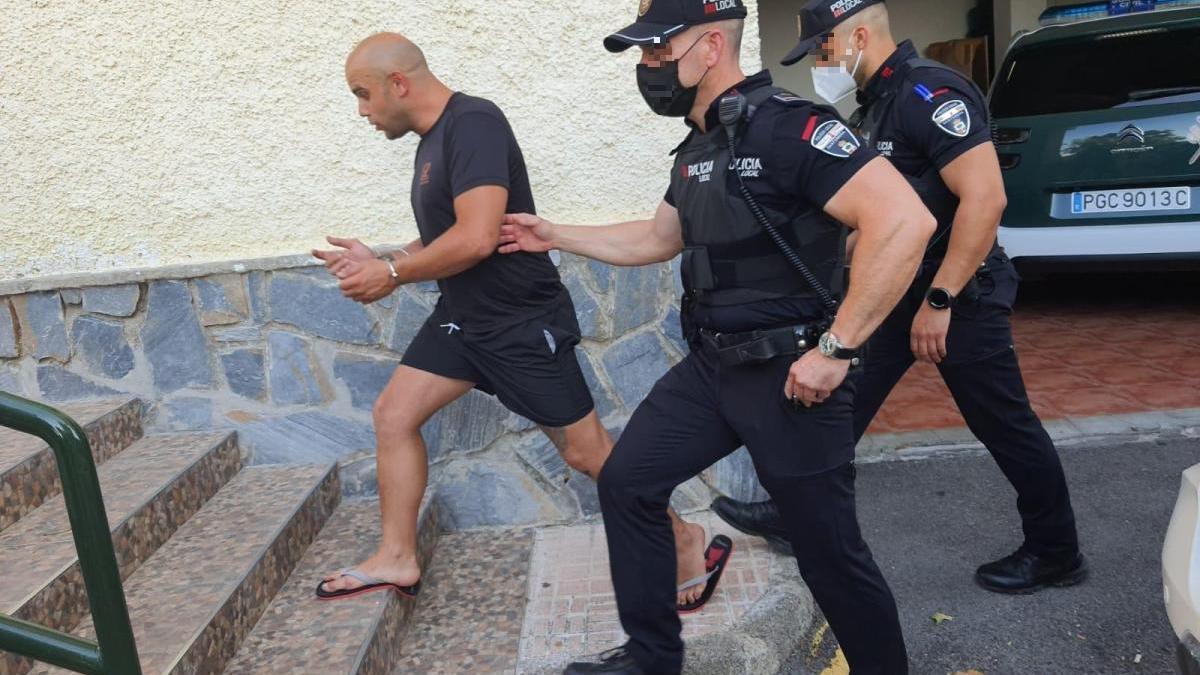 Un momento del arresto de este individuo.