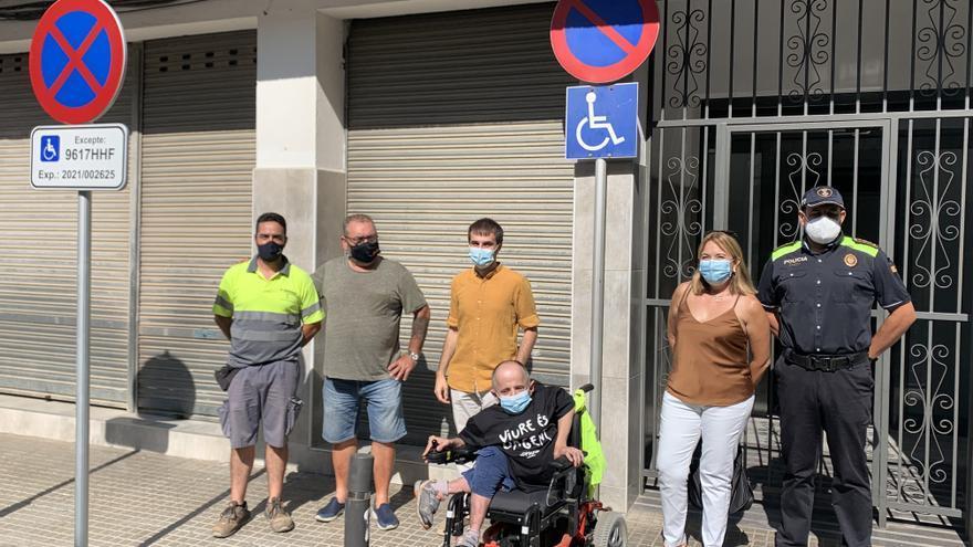 Roses instal·la la primera plaça d'aparcament d'ús individual per a persones amb mobilitat reduïda