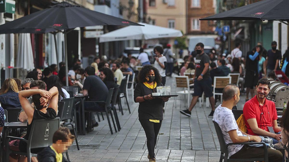 Terrazas de hostelería llenas y ambiente festivo en el barrio de Benimaclet, ayer por la tarde. | F. CALABUIG