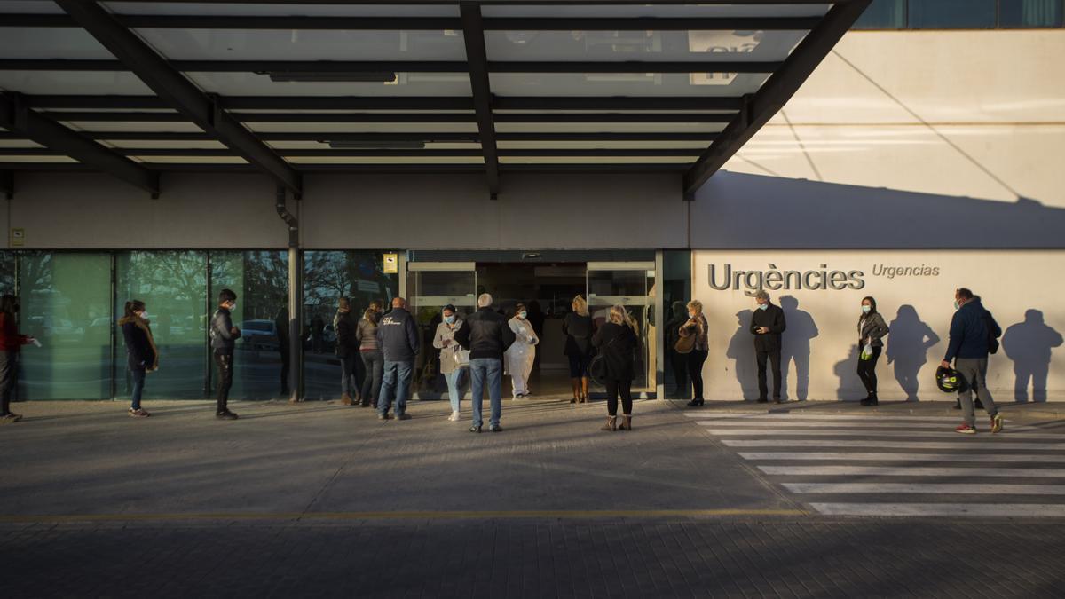 Colas de pacientes en el hospital La Fe de València