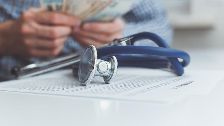 La espera para los centros de salud lleva a contratar cada vez más seguros de pago