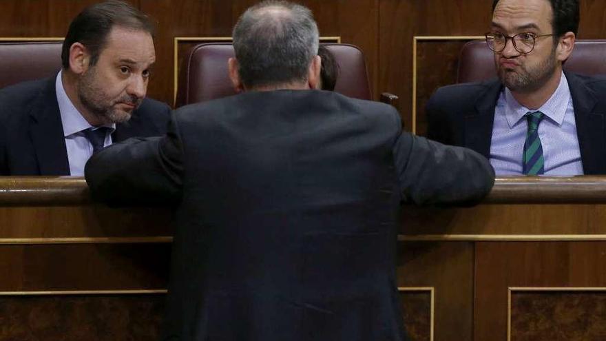 La gestora del PSOE transfiere a Sánchez la responsabilidad de las decisiones políticas