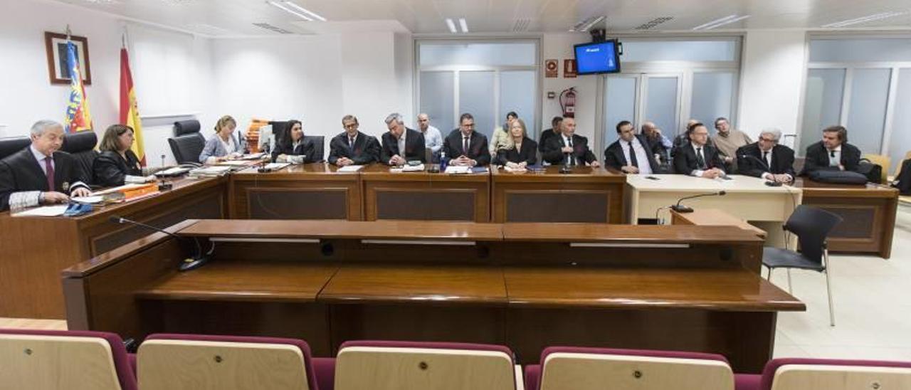 Acusaciones y defensas con los acusados en segundo plano en una imagen tomada ayer tras la entrega del veredicto a los miembros del jurado.