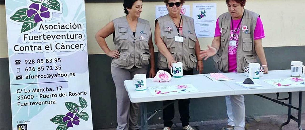 Varias mujeres de la Asociación contra el Cáncer durante un acto de recaudación del colectivo, en una imagen de archivo. | |