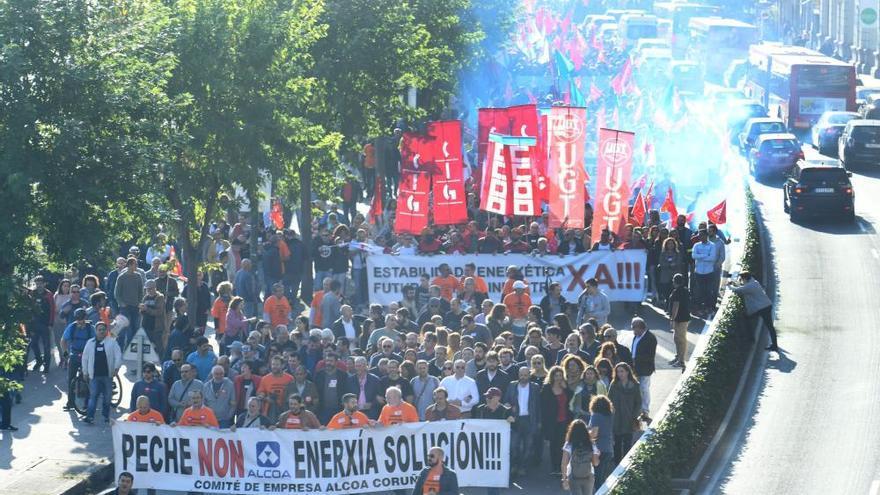 Más de 4.000 personas se manifiestan contra el cierre de Alcoa en A Coruña