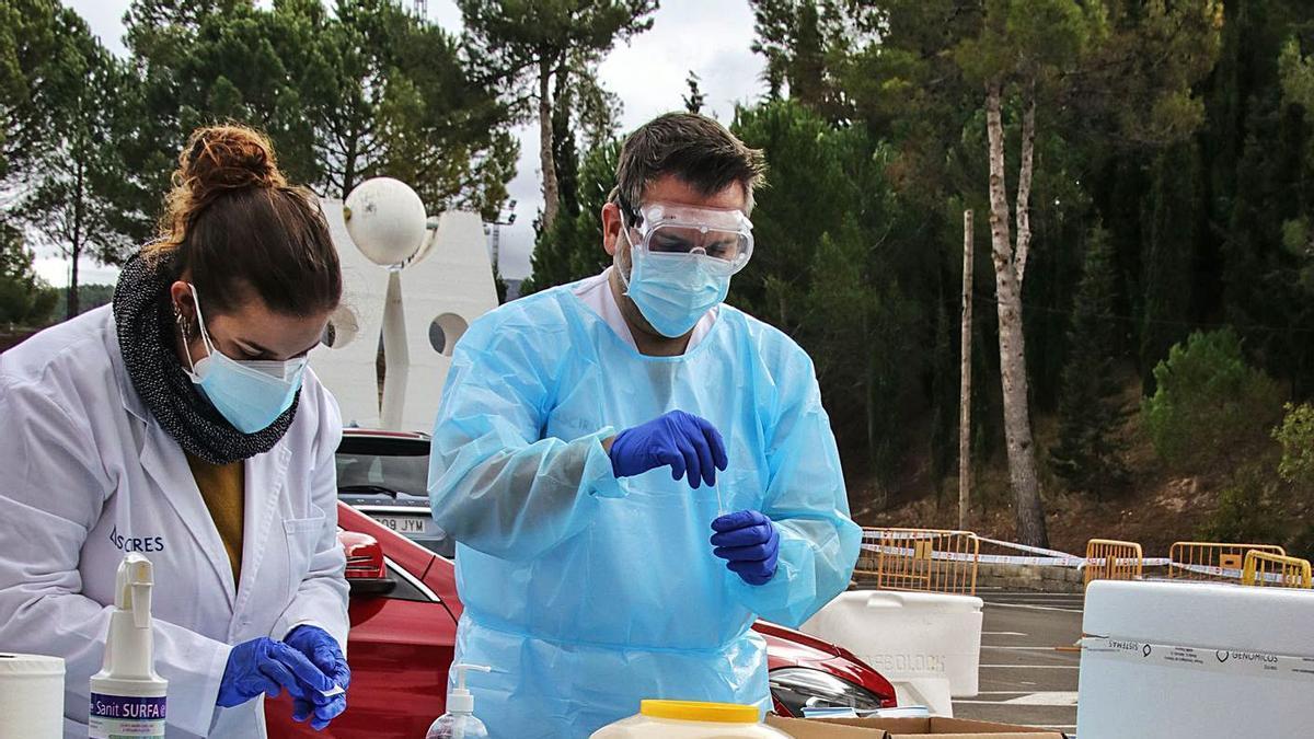 Sanitarios realizando pruebas PCR ayer en Alcoy.